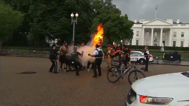 Proteste în timpul paradei de Ziua Independenței, în SUA. Un steag a fost incendiat