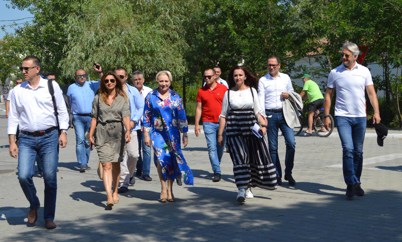 """Dăncilă a făcut o glumă cu Teodorovici în timp ce jucau ping-pong: """"Te remaniez!"""""""