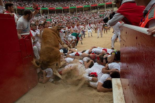 Imagini șocante. Turiști călcați în picioare și împunși de tauri la Pamplona