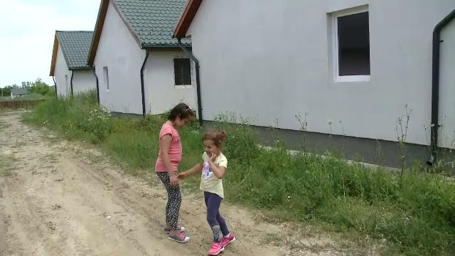 Casele construite de voluntari pentru sarmani au ajuns o ruina din cauza statului