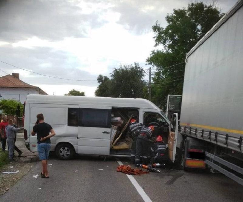 Impact violent între o dubă și un TIR, în Piatra Neamț. 2 oameni au rămas încarcerați