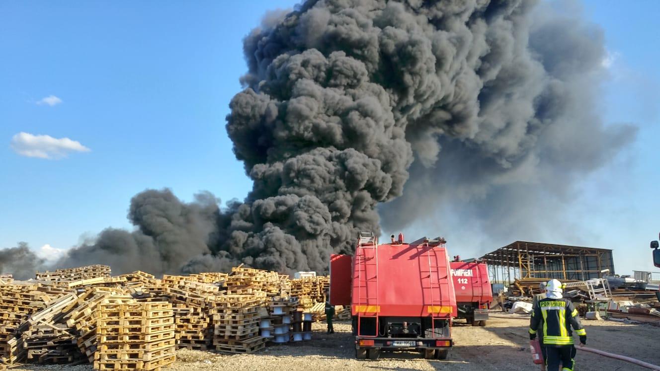 Incendiu la un depozit de mase plastice din Bihor. Avertizare prin Ro-Alert