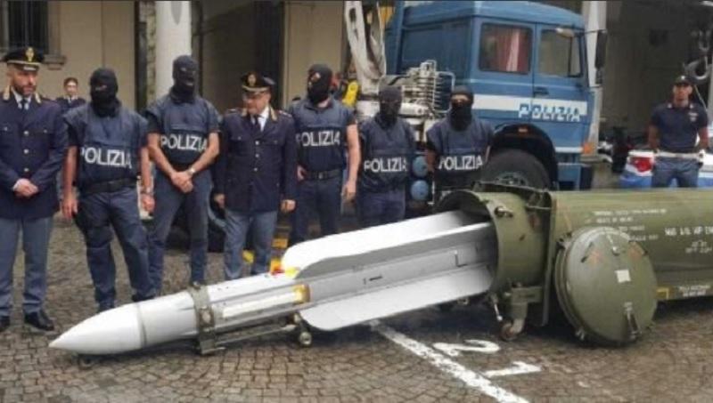 Arsenal de război, confiscat de polițiști de la simpatizanți ai extremei drepte în Italia
