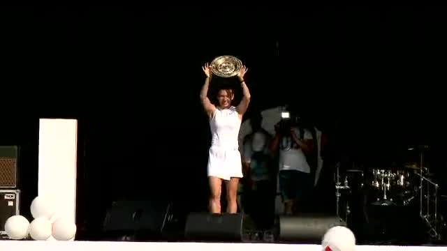 """VIDEO. Halep și-a prezentat trofeul Wimbledon la Constanța: """"Nimic nu este imposibil"""""""
