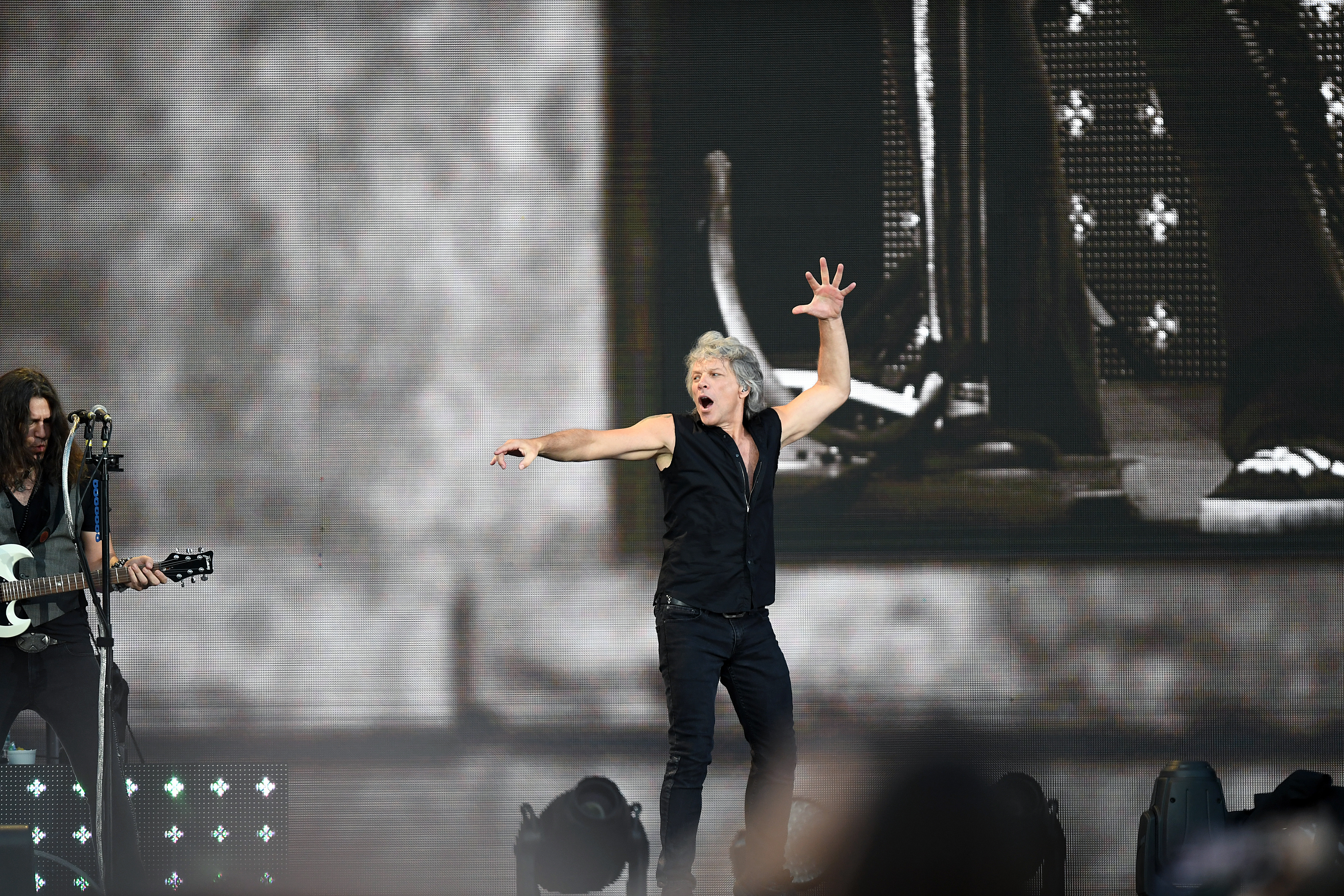 Scene incredibile la concertul Bon Jovi. Cum au văzut sute de persoane gratis spectacolul