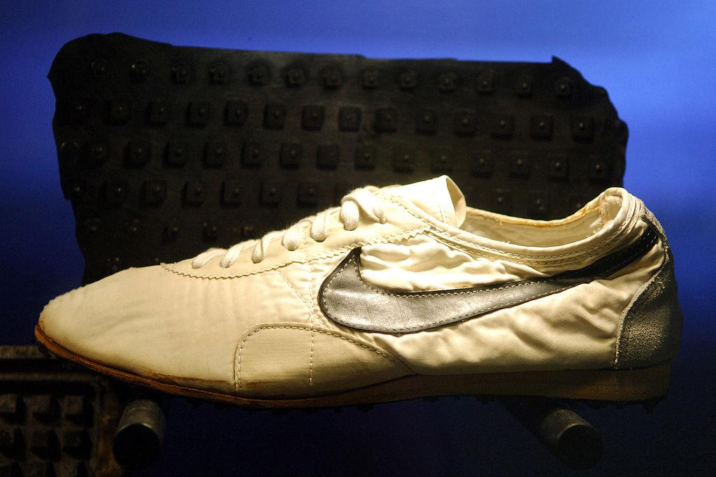 O pereche de pantofi sport vândută cu 437.500 $. Este un record mondial