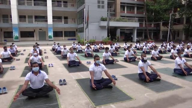 Polițiștii din Bangladesh au înlocuit antrenamentele fizice dure cu yoga
