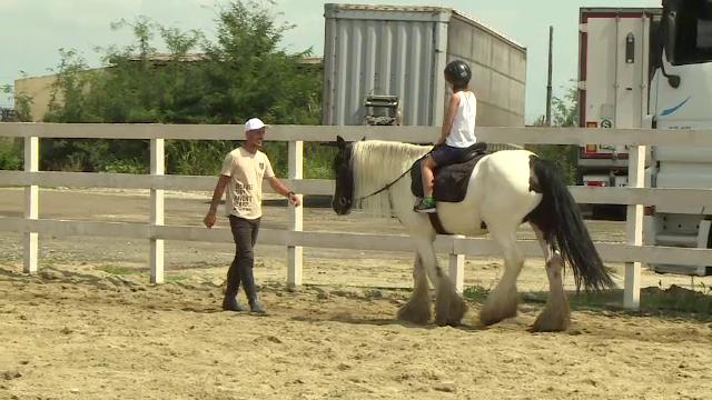 """Echitația face minuni pentru copiii cu probleme. """"Avea fobie la cai, la orice. A doua oară nu-l mai puteam da jos"""""""