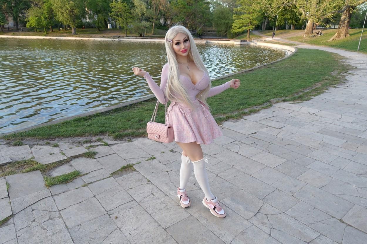 O tânără din Ungaria se plânge că nu-și poate găsi un loc de muncă pentru că este prea sexy. Fostul soț i-a plătit operațiile