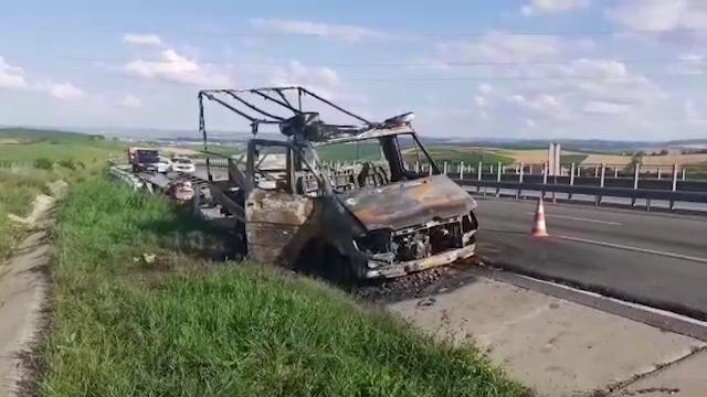 Mașină mistuită de flăcări pe A3. Ce transporta