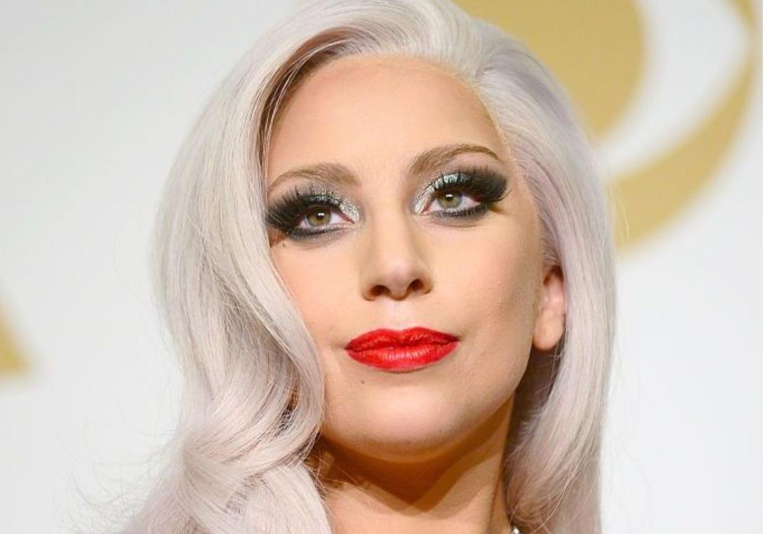 Doi câini ai cântăreţei Lady Gaga ar fi fost furaţi după ce bărbatul care îi plimba a fost împuşcat