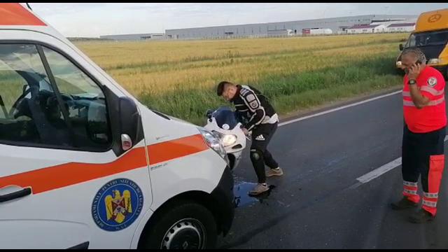 Accident grav pe DN 71. Un motociclist s-a izbit de o camionetă, apoi a intrat într-o ambulanță, pe contrasens