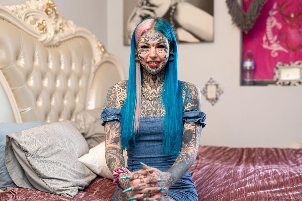 """Câți bani a cheltuit """"fata dragon"""". Și-a făcut peste 600 de tatuaje"""
