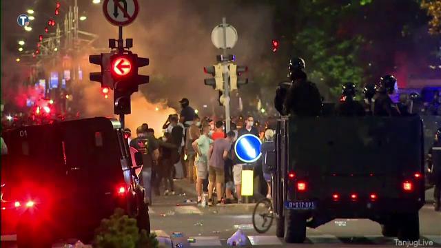Haos în Belgrad pentru a doua noapte consecutiv. Manifestanții au aruncat cu pietre și torțe în polițiști