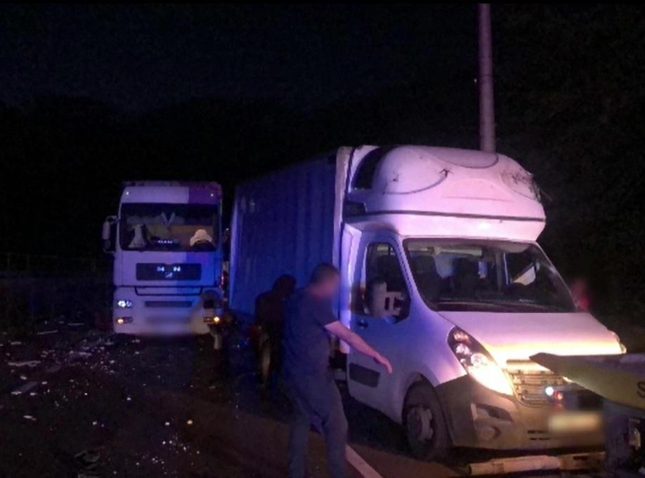 Accident cu trei mașini în Azuga. Un autobuz cu 13 pasageri, izbit din plin de o autoutilitară