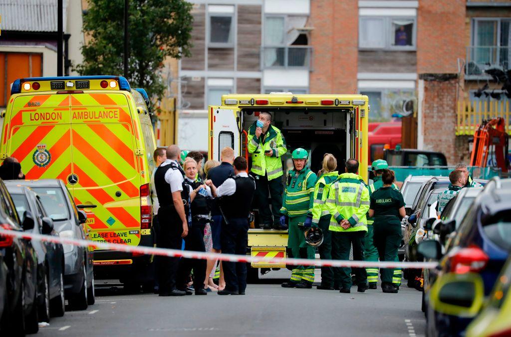 Momentul terifiant în care o macara se prăbușește pe mai multe case. O persoană a murit și alte 4 au fost rănite. VIDEO