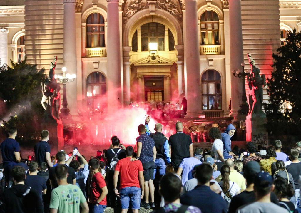 VIDEO. Incidente violente la Belgrad. Oamenii au ieșit în stradă pentru a patra seară la rând