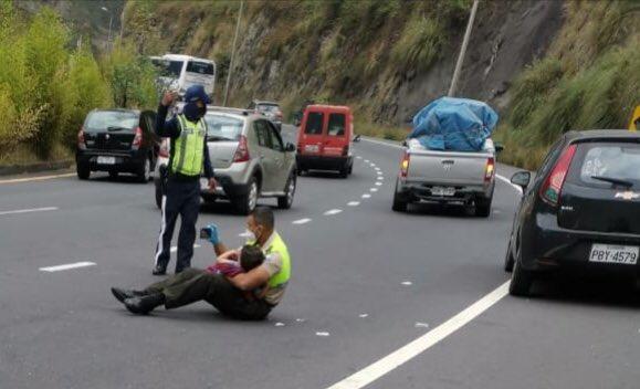 Moment emoționant la locul unui accident grav. Un polițist a liniștit un copil cu clipuri pe telefonul mobil
