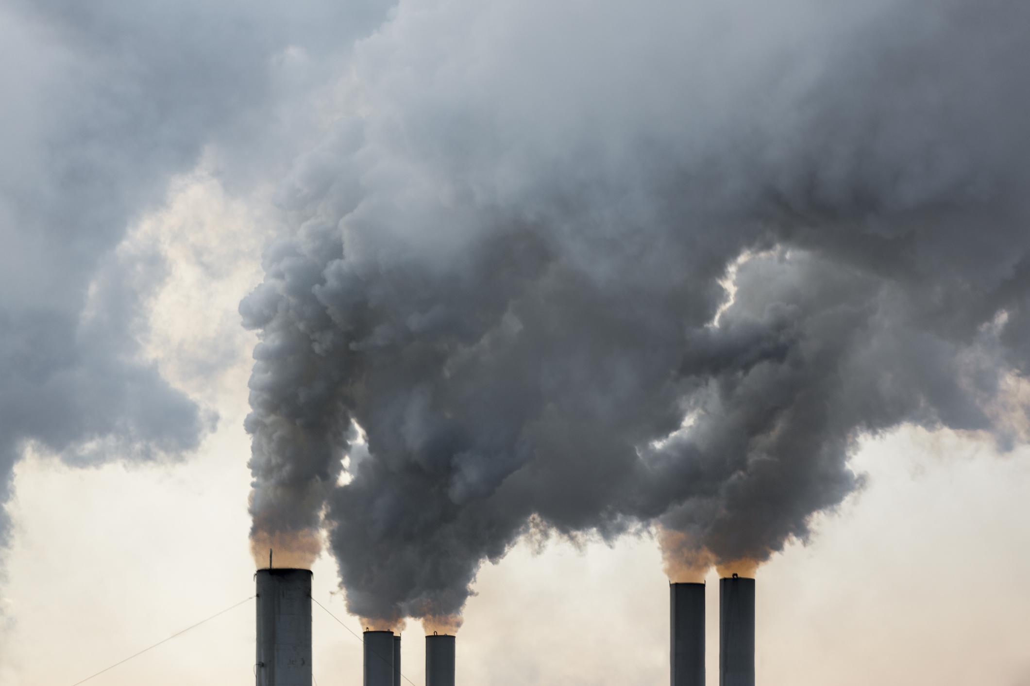 Câte dintre decesele Covid-19 ar putea fi legate de poluarea atmosferică. Anunțul specialiștilor