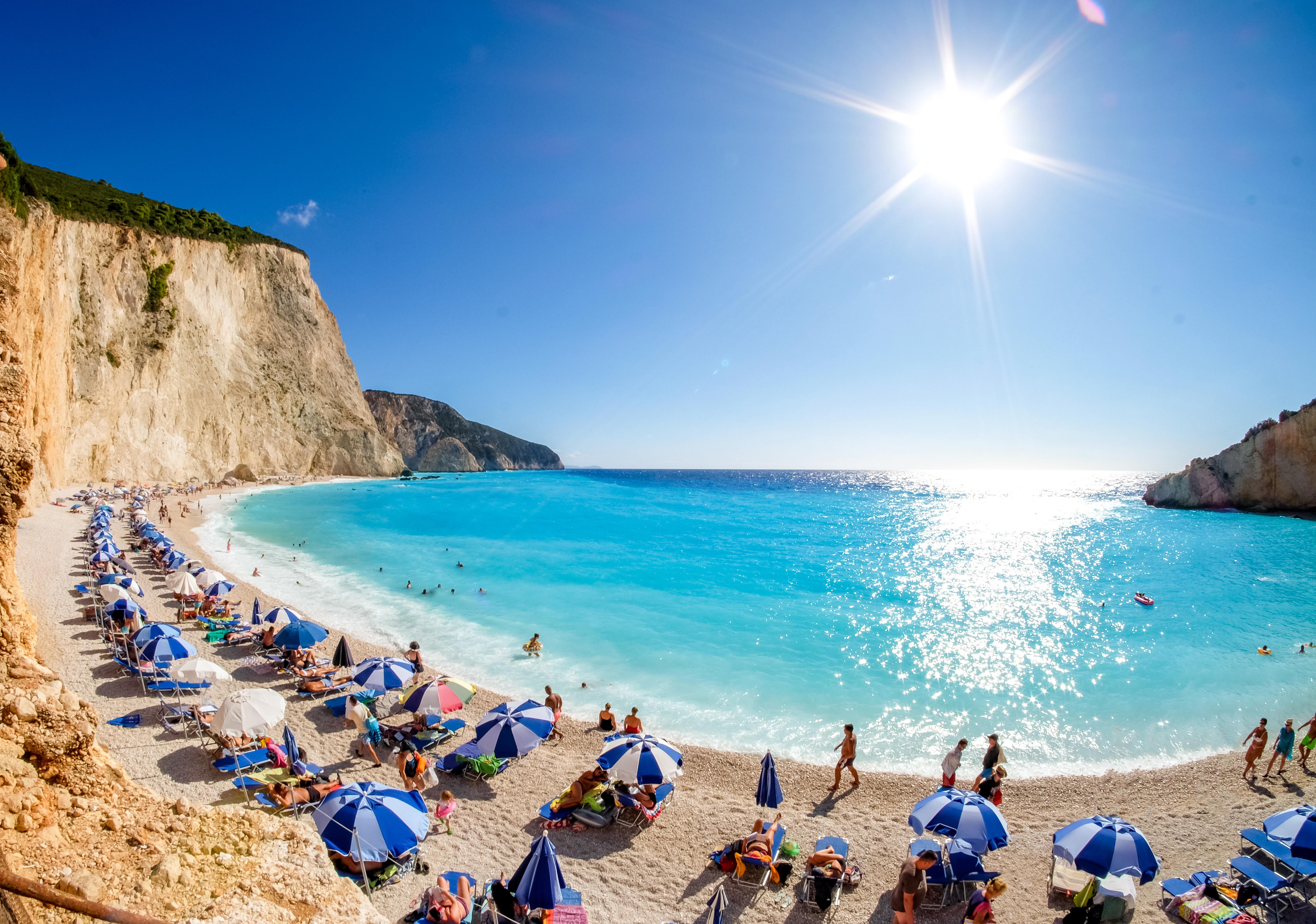 Plajele amenajate, redeschise în Grecia. Sezonul estival se va deschide oficial peste o săptămână
