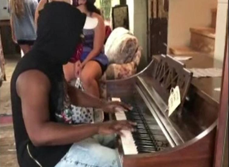 Surpriza de care a avut parte un pianist care a devenit viral după ce a cântat într-un magazin