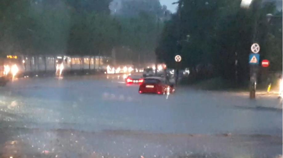 Capitala inundată. Tramvaie și mașini, blocate de apă în București