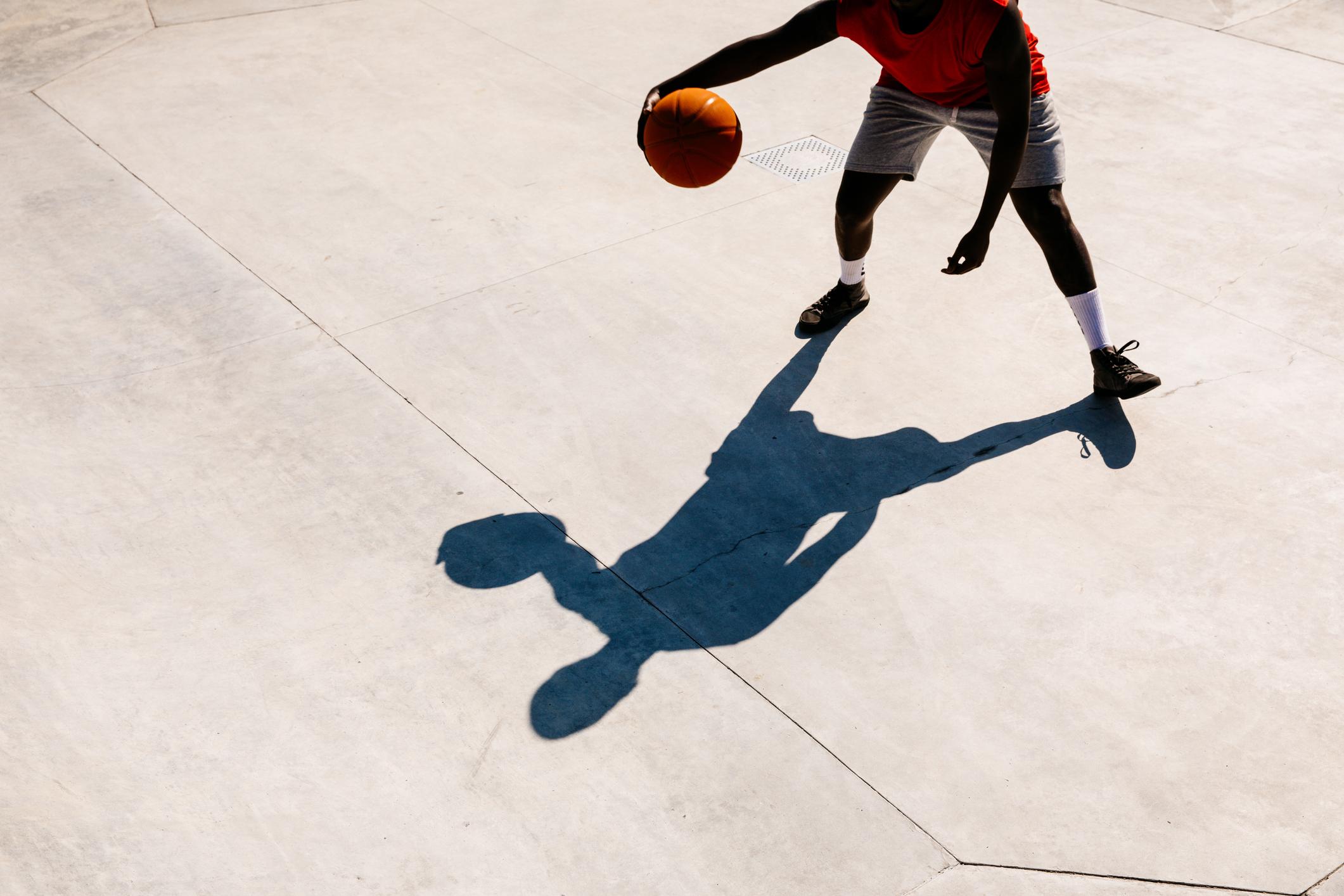 Un tânăr care încerca să imite mișcările cunoscutului baschetbalist Kobe Bryant a căzut de pe o balustradă. VIDEO tulburător