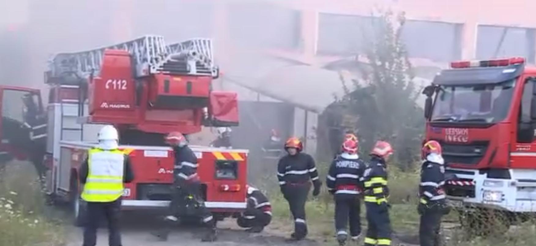 Incendiu violent la un centru comercial aflat pe DN1 în apropiere de Corbeanca. Flăcările s-au văzut de la kilometri distanță