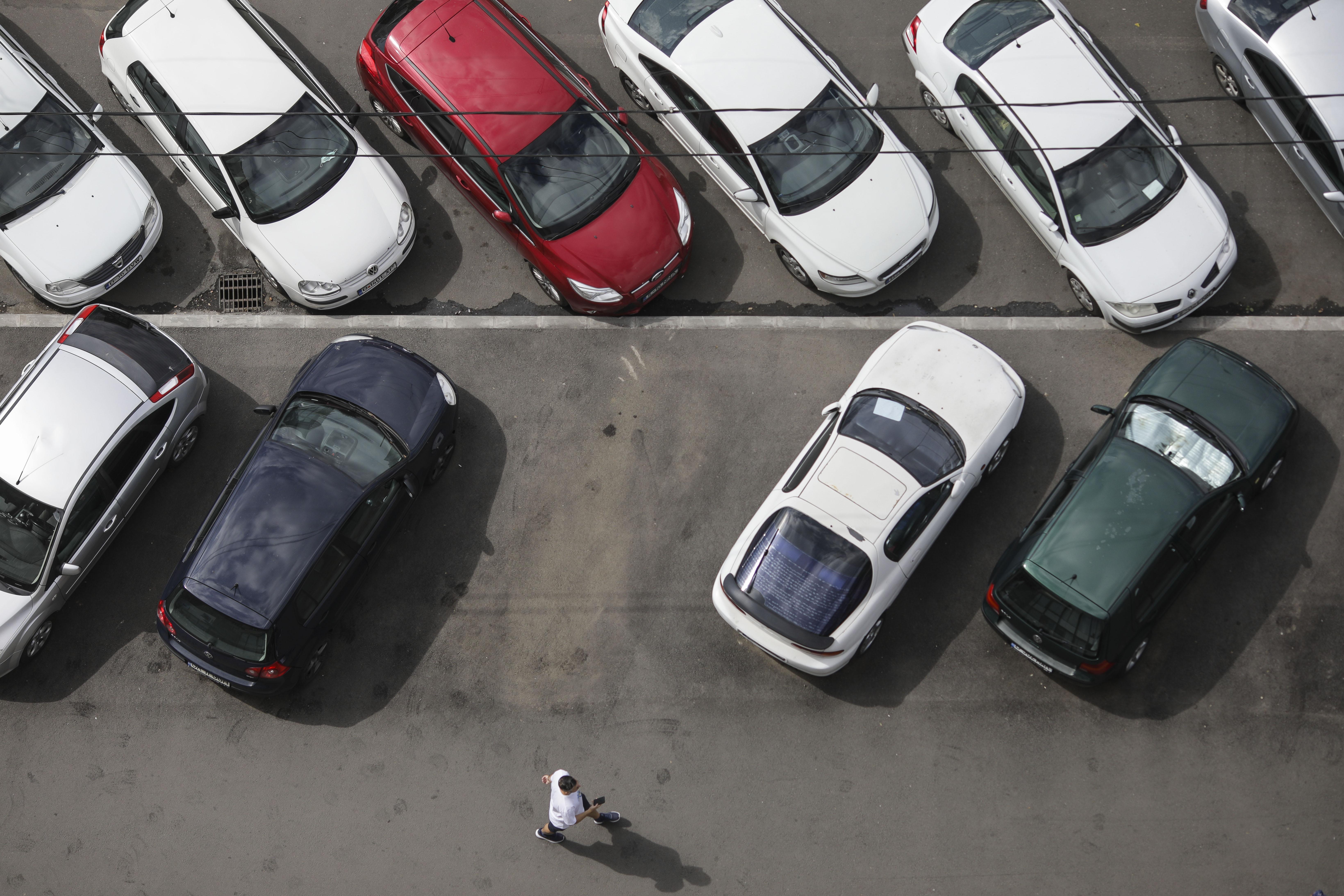 A parcat pe un loc care nu îi aparținea și nu a lăsat numărul în parbriz. Ce a descoperit șoferul când s-a întors la mașină