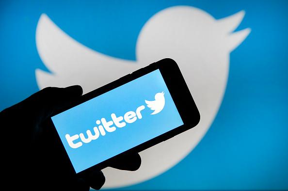 Twitter a eliminat peste 70.000 de conturi care promovau teoriile conspiraționiste QAnon