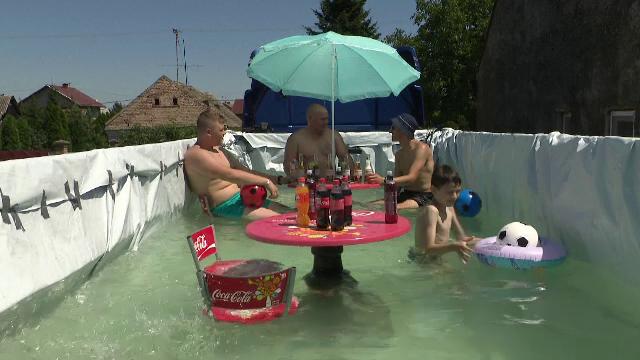 """Un croat și-a transformat basculanta în piscină. A botezat-o """"COVID-20 Pro Level"""""""