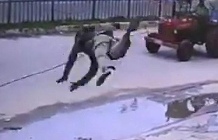Un pieton, catapultat și aruncat peste o femeie, pe stradă, după ce a călcat pe un cablu prins de o mașină. VIDEO inedit