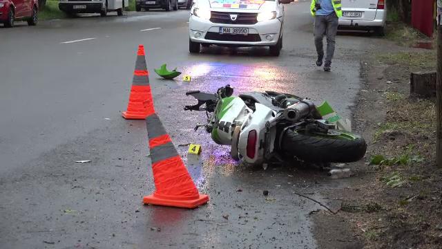 Un motociclist a murit după ce a intrat cu viteză în mașina unchiului său. Autoturismul s-a răsucit pe şosea cu 180 de grade