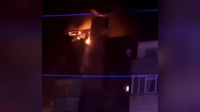 Un trăsnet a lovit acoperişul unui bloc din Câmpina și a provocat un incendiu