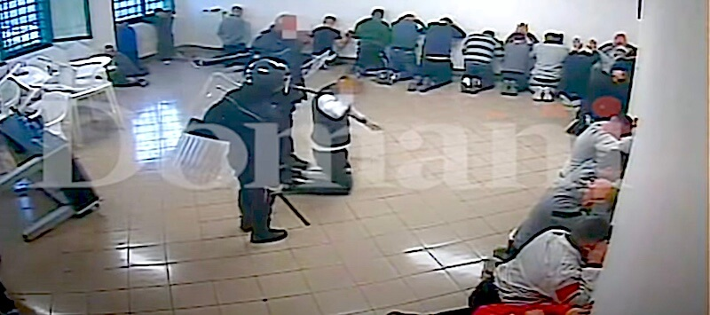 Scandal în Italia. Mai mulți gardieni au bătut cu brutalitate deținuți dintr-o închisoare. VIDEO