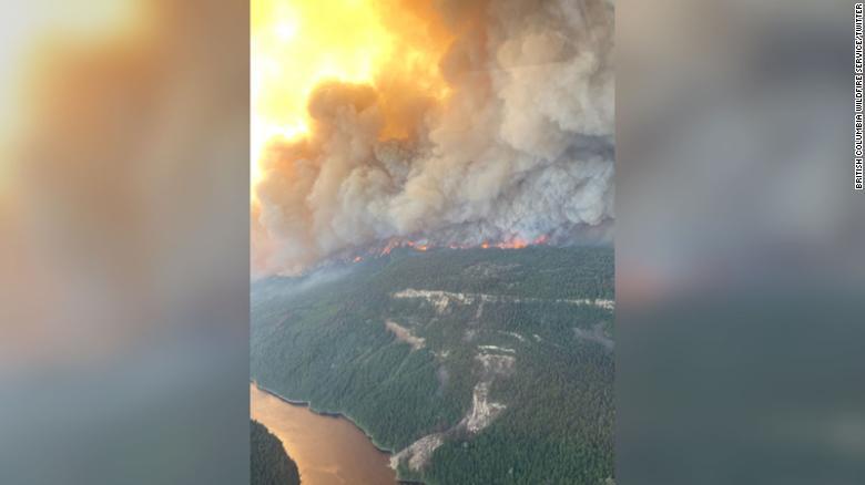 Localitatea din Canada unde temperaturile au ajuns la 50 de grade a luat foc. Toți locuitorii au fugit. VIDEO