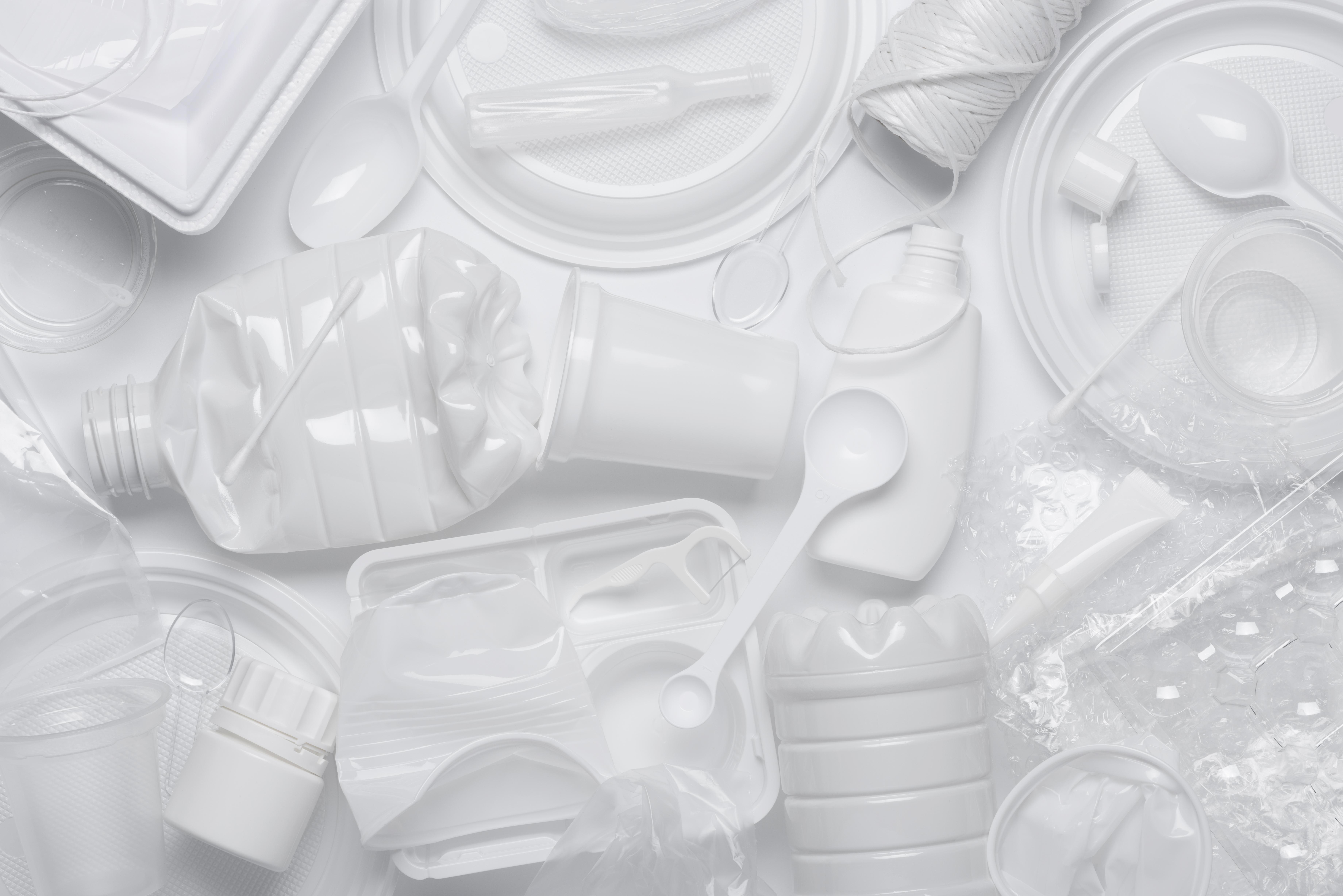 Produsele din plastic de unică folosinţă nu mai pot fi vândute în UE de sâmbătă. Ce se întâmplă în România