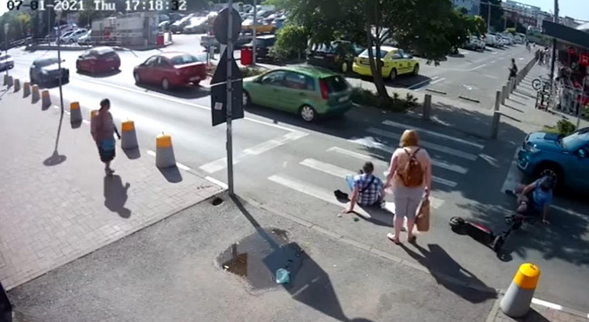 Un bărbat a fost lovit din plin de o trotinetă pe o trecere de pietoni din București. VIDEO