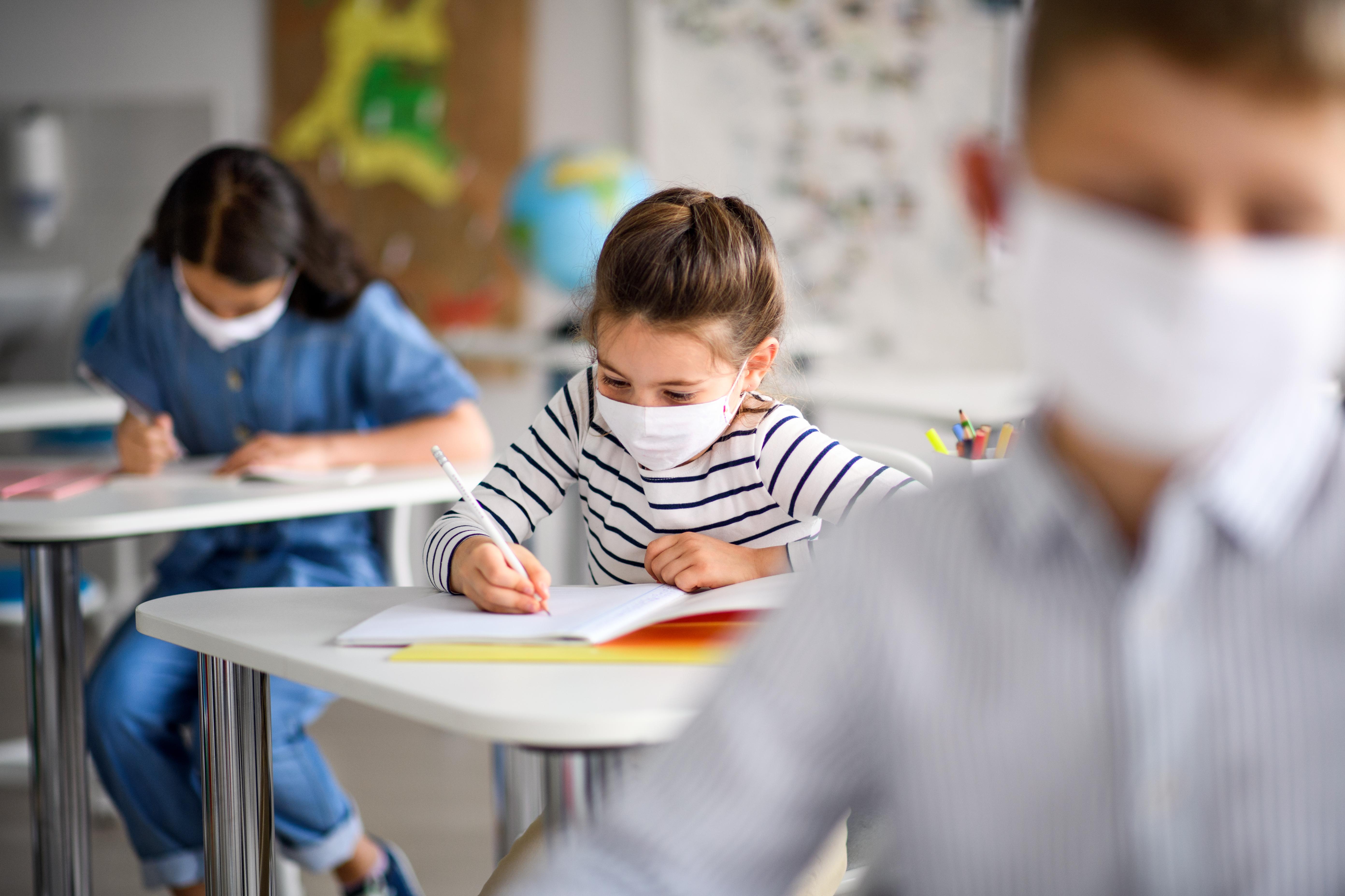 """Klaus Iohannis: De luni, toți elevii intră în vacanță. Cei nevaccinați vor avea """"o sumedenie de restricții"""""""