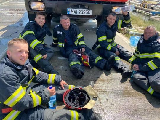 Imagini inedite cu pompierii istoviți după stingerea incendiului de la Petromidia. S-au răcorit reciproc cu apă