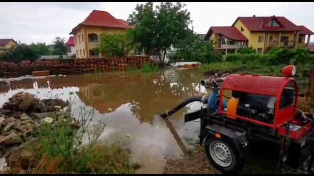 Ploile torențiale au făcut ravagii în județul Suceava. A fost nevoie de intervenția pompierilor pentru a scoate apa din curți
