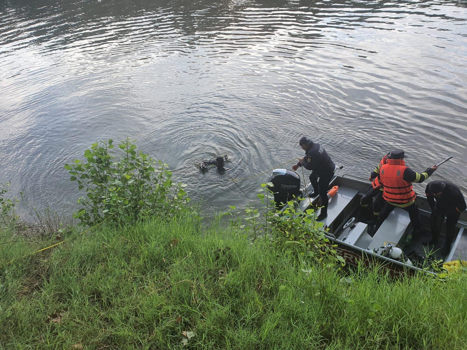 O maşină cu 3 bărbaţi a căzut în Dunăre. Unul s-a salvat, ceilalţi au rămas captivi în autoturism