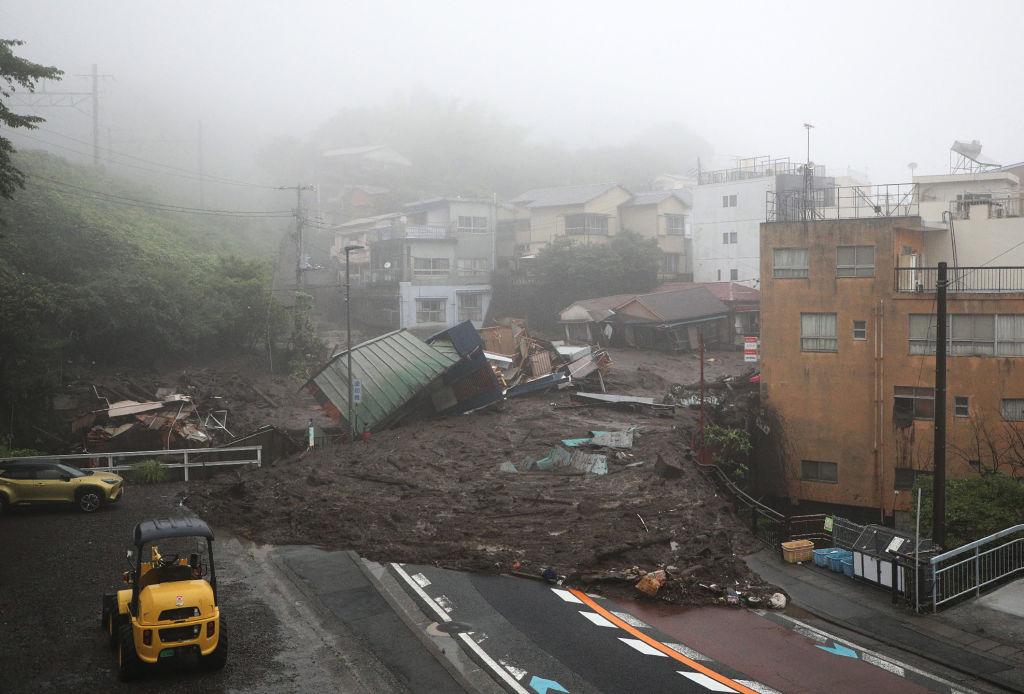 Dezastru în Japonia, în urma unei alunecări de teren. 2 persoane au murit și 20 sunt date dispărute. FOTO