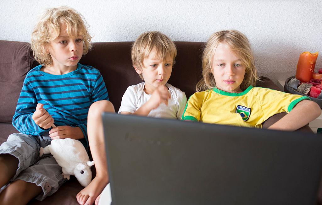 Un copil de 9 ani din Suceava a ajuns la spital după ce a imitat un experiment văzut pe YouTube