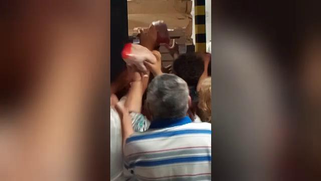 VIDEO | Bătaie pe pui la un magazin din Brăila. Angajații aruncau cu păsări în oameni ca să-i potolească