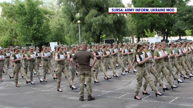 Femeile din Armata Ucrainei vor defila la paradă pe tocuri. Cum a motivat ministrul Apărării decizia