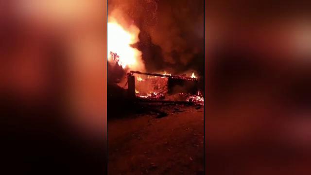 Incendiu puternic în județul Alba. Un adăpost de animale, o magazie de lemne și un șopron, cuprinse de flăcări uriașe