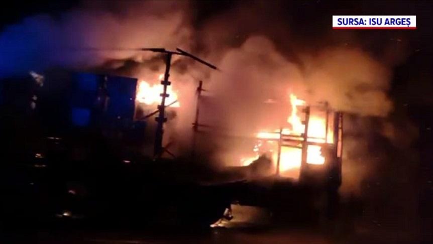 Un camion a ars în trafic, pe DN65. Pompierii nu au putut salva nimic din încărcătură