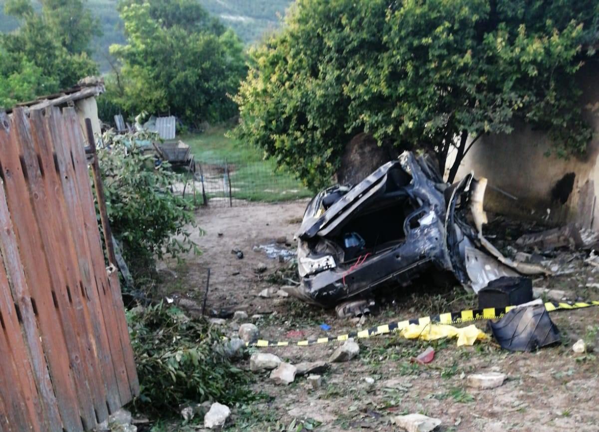 Un tânăr de 29 de ani a murit după ce a intrat cu autoturismul într-un imobil