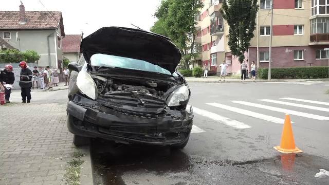 Două mașini s-au izbit în Alba Iulia. Unul dintre șoferi era beat și nu ar fi acordat prioritate